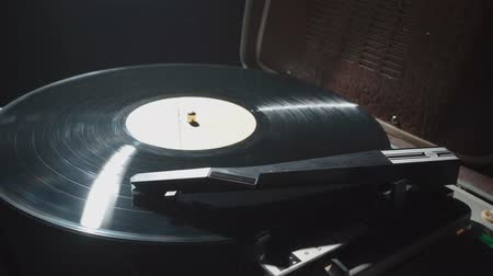 jogadores : Footage of old gramophone with a record and smoke