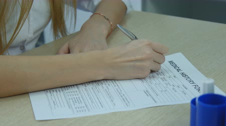 Doctor writes in the patients medical card. Stok Video