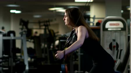 uzun ömürlü : girl with long hair goes in for sports in the fitness club Stok Video