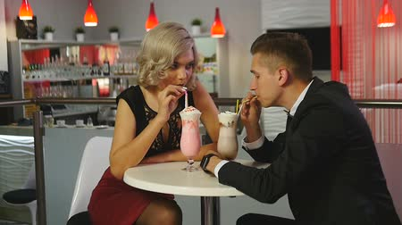 turmix : Man and woman drinking milkshakes at a cafe