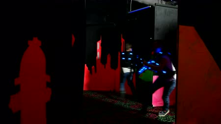 harcos : Children play laser tag in a labyrinth Stock mozgókép