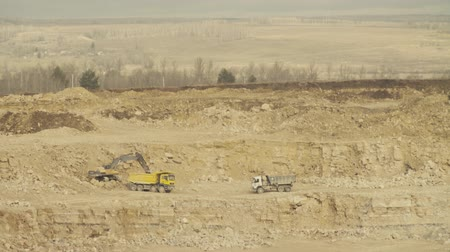 pedreira : Truck loading in a quarry Stock Footage