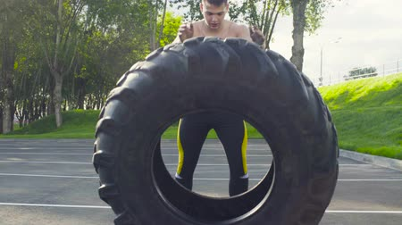levantamento de pesos : Young muscular man doing crossfit exercises outdoors
