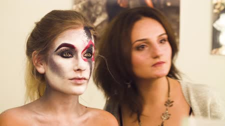 салоны красоты : Makeup artist drawing on the models face