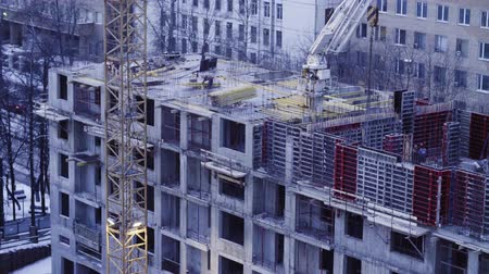 стенд : Workers on the top of the building under construction