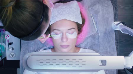ferramenta : Eyelash extension procedure in a beauty salon