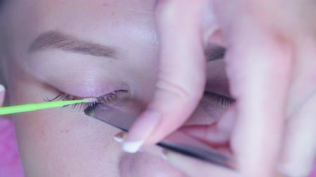 kiterjesztés : Master in a beauty salon removes the old eyelashes