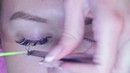 longer : Master in a beauty salon removes the old eyelashes