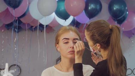 perfektní : Eyebrows correction in the beauty salon.