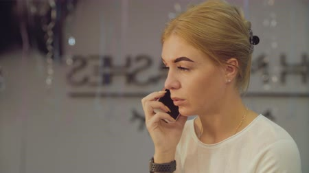 салоны красоты : Young woman in beauty salon with smartphone