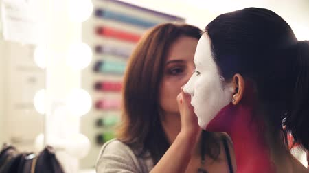alapítvány : Makeup artist start to draw line on models face Stock mozgókép