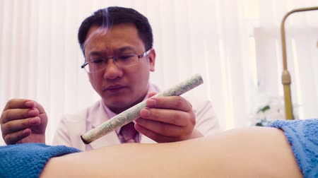 masaje corporal : Terapeuta haciendo terapia tradicional china Archivo de Video