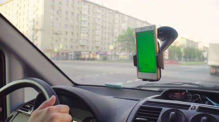 titular : Someone driving a car and scrolling smart phone