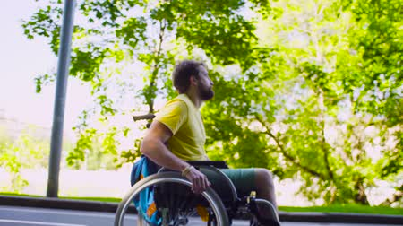 rokkant : Young disable man in a wheelchair in the park