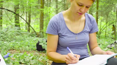 znečištěné : Woman ecologist writing in notebook