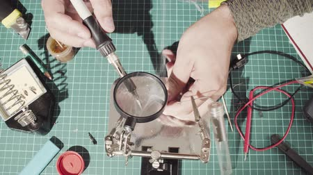cutting mat : Male hands soldering wire Stock Footage