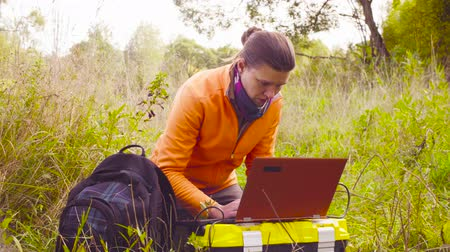 conservationist : Woman scientist ecologist working on a laptop in the forest Stock Footage