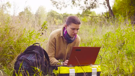 toolbox : Woman scientist ecologist working on a laptop in the forest Stock Footage
