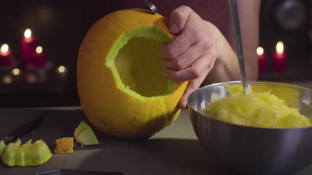 salva : Female hands carves from a pumpkin Jack-o-lantern for Halloween celebration Dostupné videozáznamy