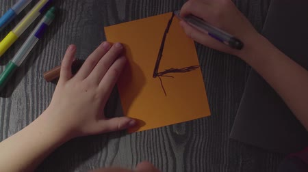 паук : Girls hands drawing spider web on a card. Preparing for the celebration of Halloween