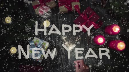 luz de velas : Animation Happy New Year, female hand holding a sparkler