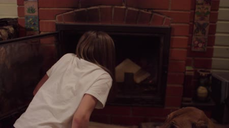 tűzifa : Girl kindle a fireplace