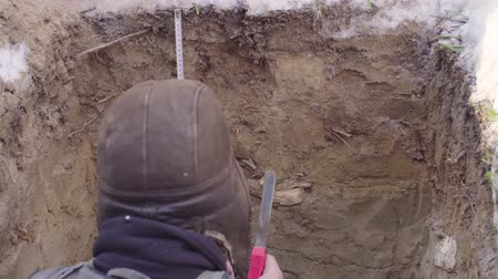yarık : Ecologist probes layers of soil