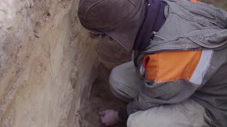 yarık : Scientist getting samples of soil