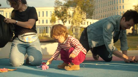 tédio : Young man playing with little girl Stock Footage