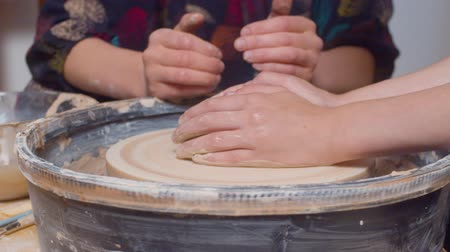 moldagem : Female hands on a turning potters wheel
