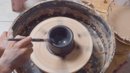 cserépedény : Coloring of a pot on a pottery wheel Stock mozgókép