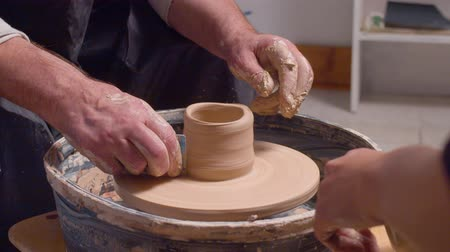 молдинг : Senior man making a pot on a potters wheel Стоковые видеозаписи