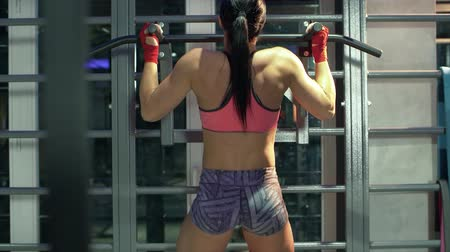 сильный : Woman athlete doing pull ups