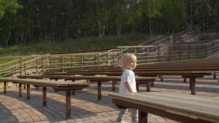 desenvolvimento : Boy walking between the benches