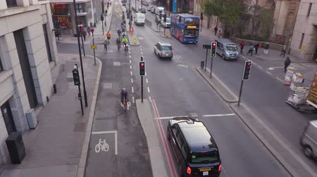 london cab : Rush hour traffic in London with cycle lanes and car traffic