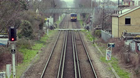 sáně : A Train passes a Level crossing in London