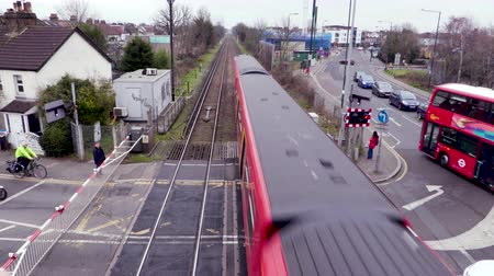 locomotora : Un tren pasa un paso a nivel en Londres Archivo de Video