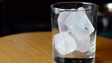 wódka : whiskey with soda water and ice