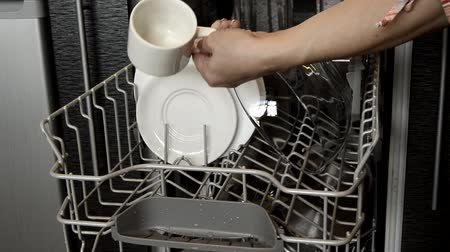 lavado : Womens hands take out clean dishes from the dishwasher, showing clean Cutlery. Home appliances to help with home cleaning. Stock Footage