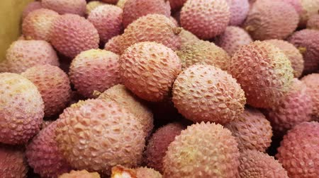 Close-up shot van rood exotisch Chinees lychee fruit, 4K video, BOVENAANZICHT SLOW MOTION