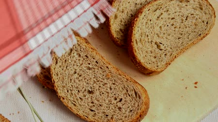 gaiola : Raise your red fabric in cell, under him a fresh sliced bread and ears rye