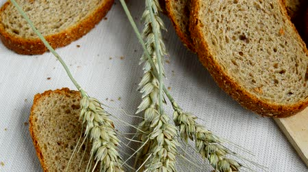 snijplank : Sliced whole grain bread on table with a tablecloth, ears lie close to, healthy eating, health day