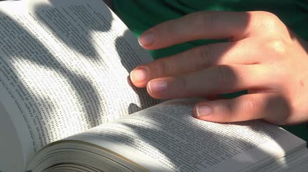 çevirmek : close up on hands turning pages