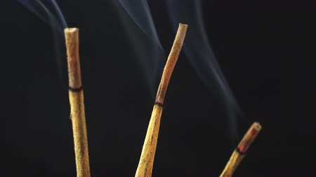 incenso : time lapse smoke on incense sticks 4K