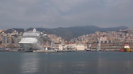 přístav : Panning view of Genoa Italy from the old harbour