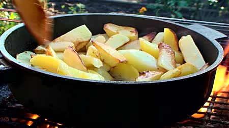 жарить :  coarsely chopped potatoes fried in a pan over an open fire and continuously mixed