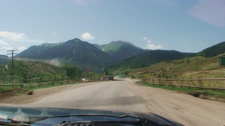 venkovské scény : mountains, the sky is blue, stands on a roadside fence, the Car rides on the thumb the road