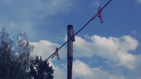 felpudo : clothesline with clothespins on blue sky background