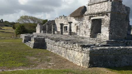 руины : Ancient Mayan Ruins in Tulum, Mexico. Popular tourist attraction. People seen exploring and photographing.