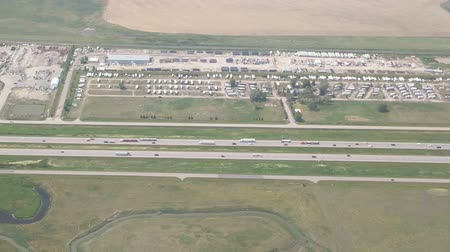 číslo : Aerial footage taken from an airliner flying over the number 1 highway between Saskatoon and Calgary.